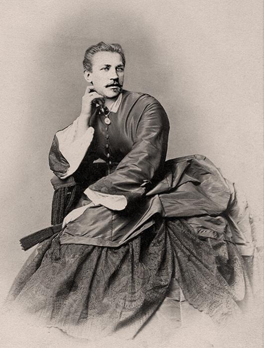 Ретро-снимок мужчины в женском платье.