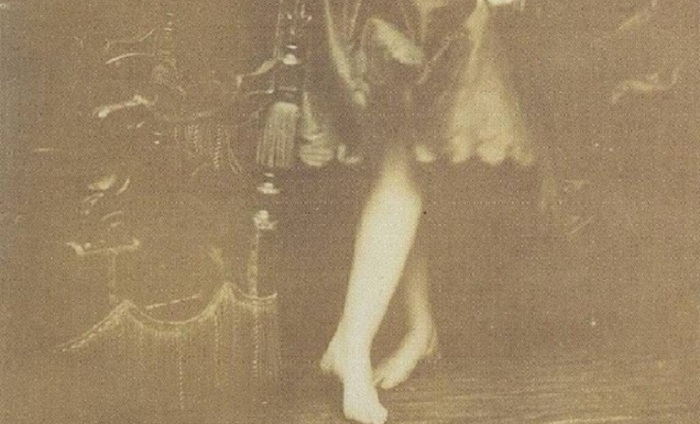 Помимо портретов, графиня оставила много фотографий своих ног. | Фото: trendymen.ru.