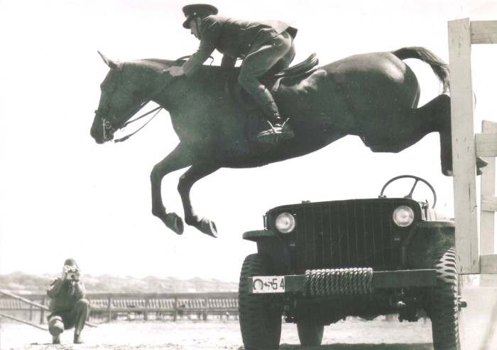 Кавалерист не лишен чувства юмора, США, 1942 год.