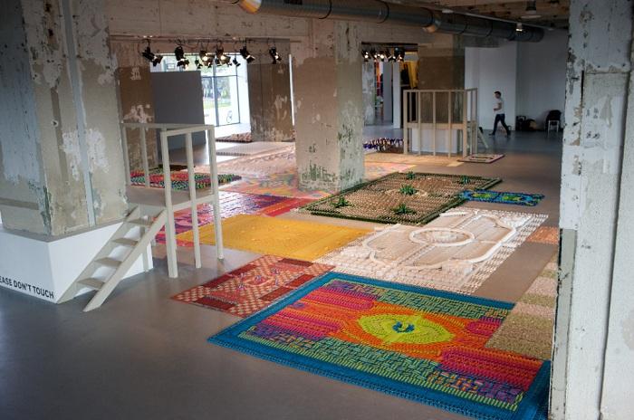 Выставка декоративных ковров «Kneeling: Five years of WE MAKE CARPETS».