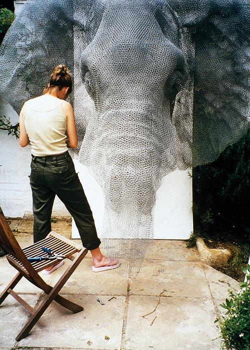 Фигура слона из проволоки.