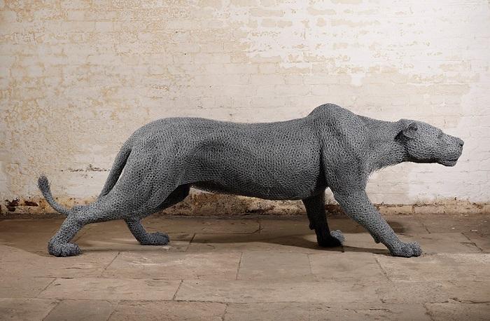 Динамичная скульптура пантеры.