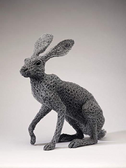 Заяц, сделанный из проволочной сетки.