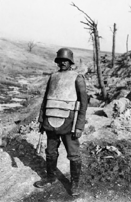 Немецкий штурмовик в стальной кирасе. | Фото: vintag.es.