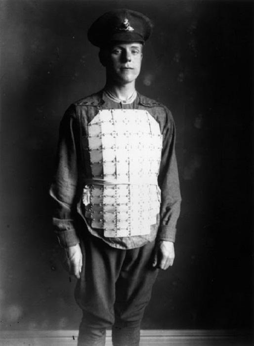 Солдат в бронежилете из связанных стальных пластин, покрывающих грудь и живот, ок. 1914 г. | Фото: vintag.es.