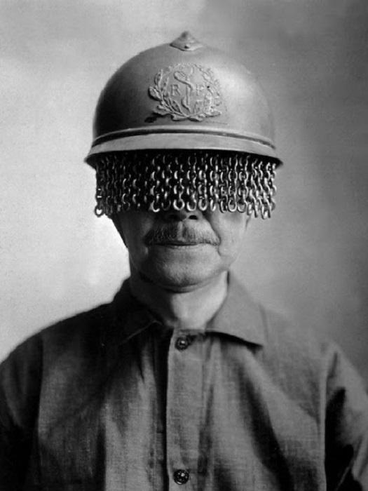 Стальной шлем с защитой для глаз.