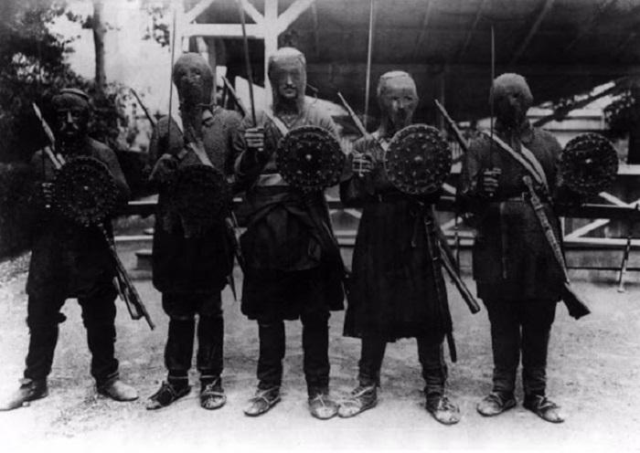 Грузины-хевсуры, одетые в традиционные доспехи, 1918 год. | Фото: vintag.es.
