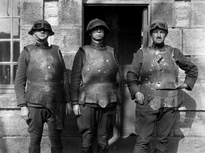 Солдаты демонстрируют степень надежности разных бронежилетов. | Фото: vintag.es.