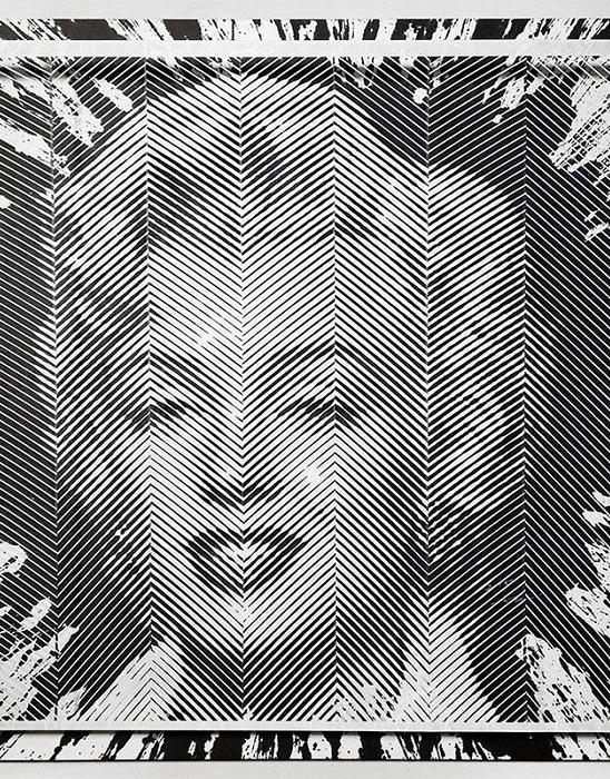 Портрет Мэрилин Монро из бумажных полосок.