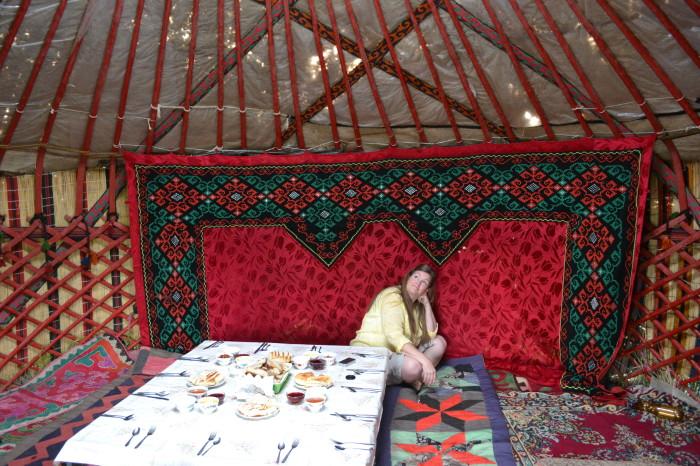 Внутри киргизской юрты. | Фото: queserasara.com.