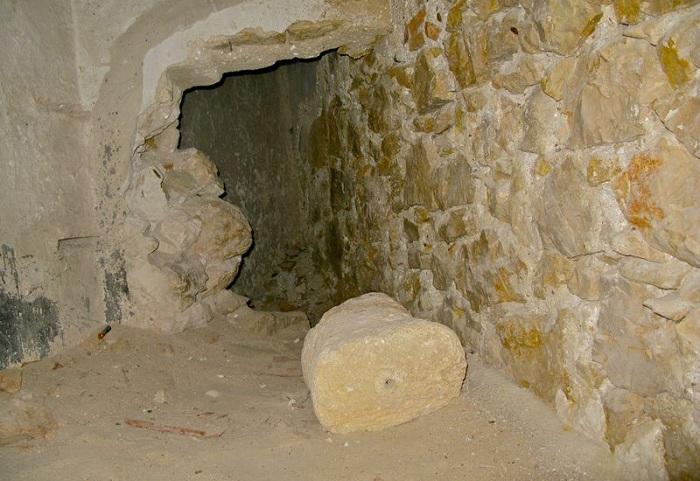 Проход в камеру, где Монте-Кристо якобы познакомился с аббатом Фариа.