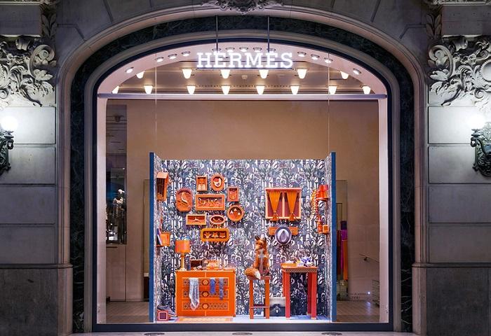 Оформление витрины магазина Hermes.
