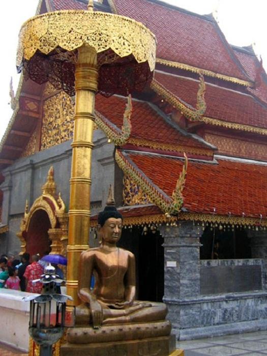 Статуя Будды с зонтиком. | Фото: lh5.ggpht.com.