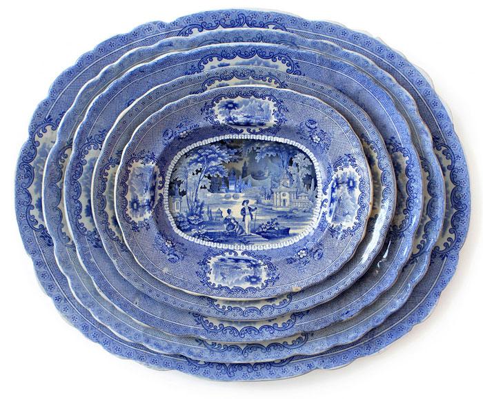 Многослойные композиции, вырезанные в стопках тарелок.