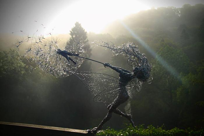 Изящные скульптуры из тонкой проволоки.