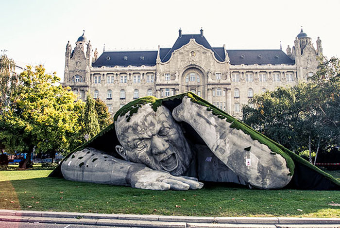 Скульптура великана Ervin Herve-Loranth.