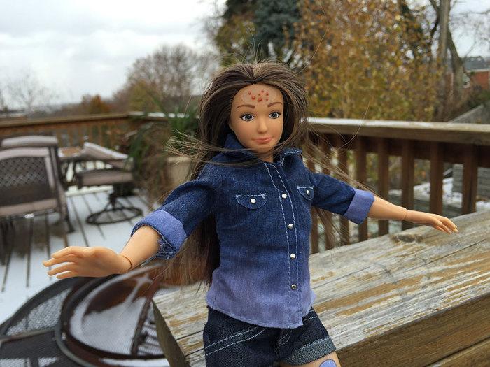 Кукла Барби с прыщиками на коже.