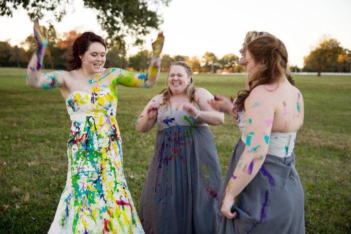 Девушки обливают свои платья яркой краской.