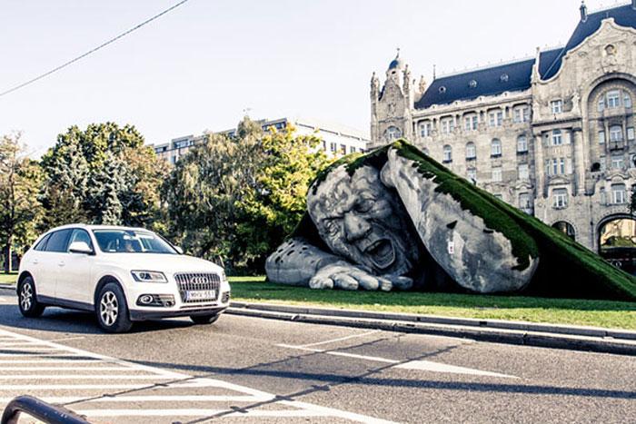 Скульптура великана в центре Будапешта.