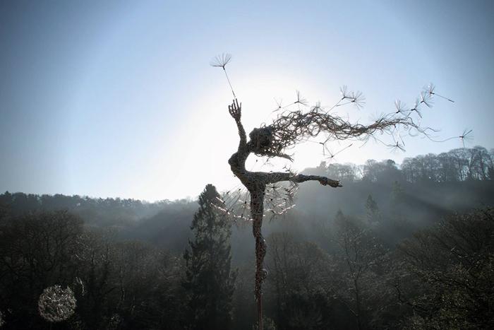 Скульптуры в виде фей, борющихся с ветром.