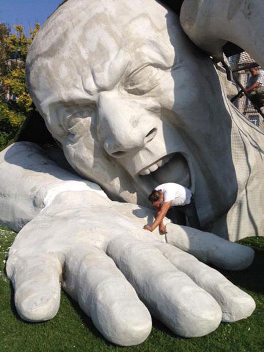 Огромная скульптура от Ervin Herve-Loranth.