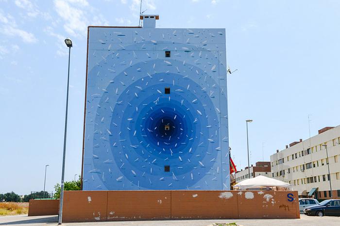 Яркое граффити, оживляющее городскую среду.