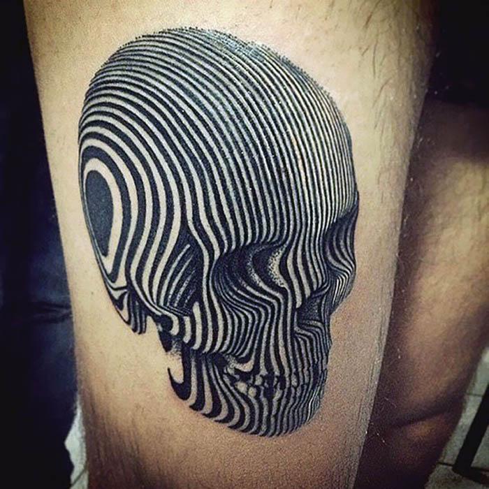 Геометричная татуировка на плече.
