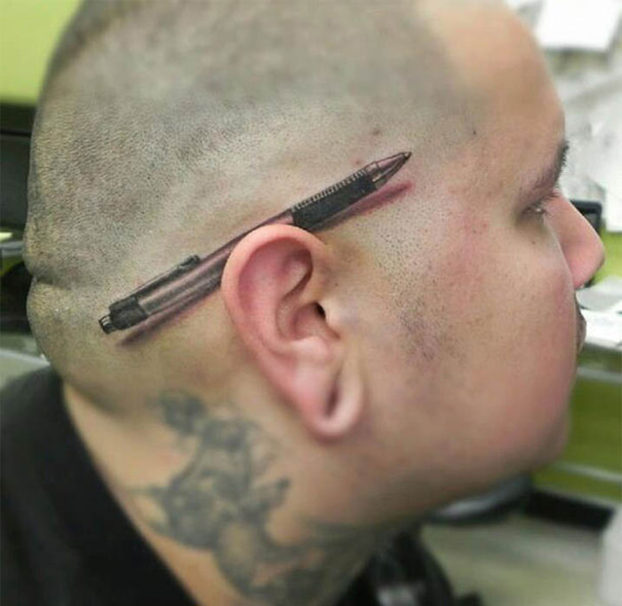 Невероятно реалистичная тату над ухом.