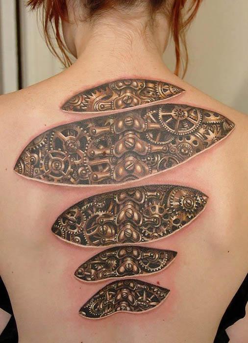 Татуировка-обман зрения на спине.