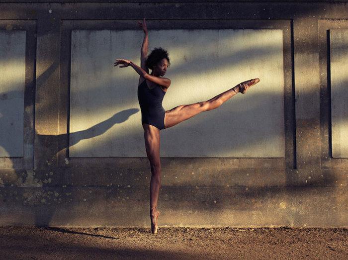 Танцоры на улицах города.