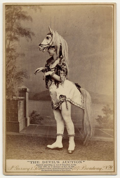 Eliza Blasina в необычном костюме.