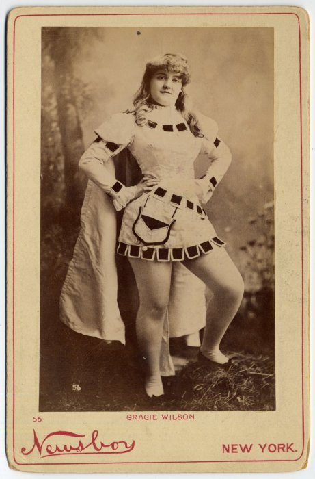 Sylvia Gerrish в драпированном платье.