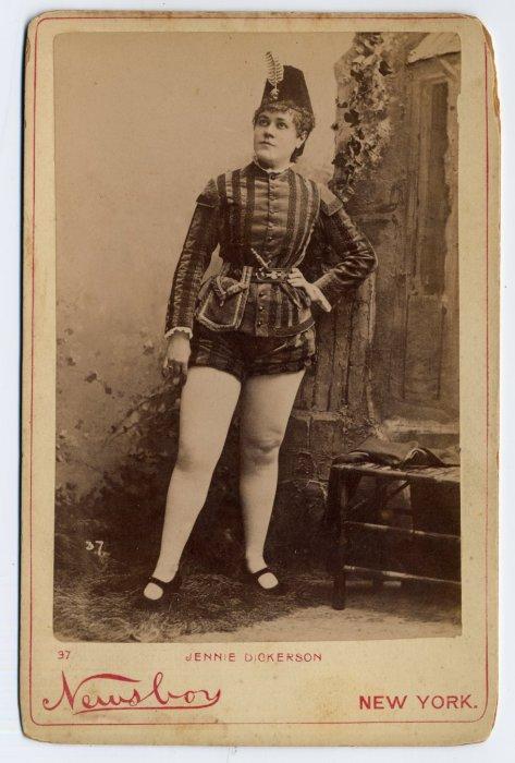Gracie Wilson в костюме с накидкой.