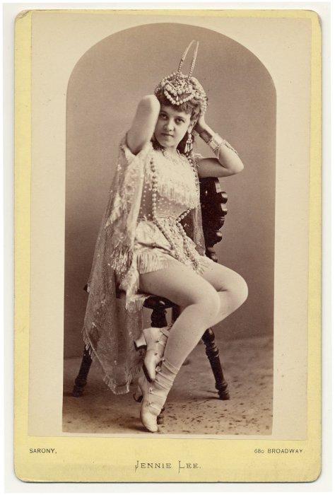 Viola Clifton в коротком костюме с бахромой.