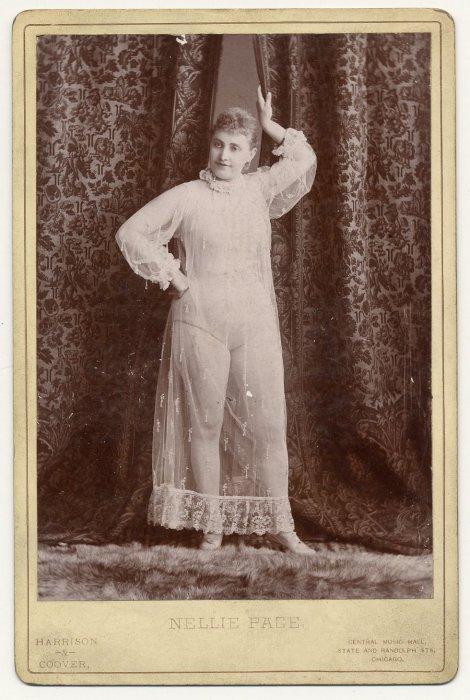 Nellie Page позирует в необычном платье.