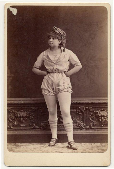 Неизвестная танцовщица в матросском костюме.