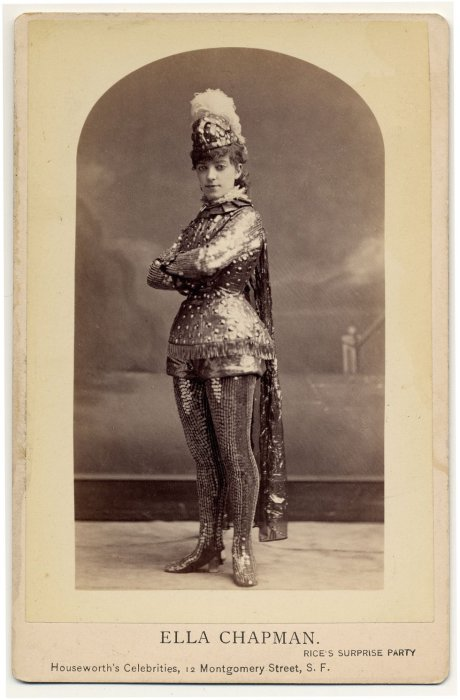 Ella Chapman в костюме в виде металлической брони.