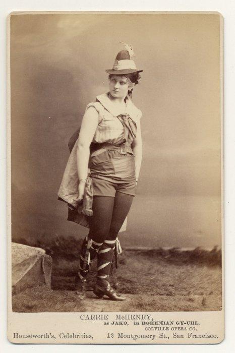 Carrie McHenry в туфлях с лентами.