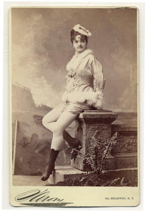 Elvira Viola в меховой шляпке.