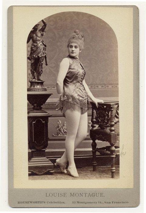 Louise Montague в платье с бахромой.