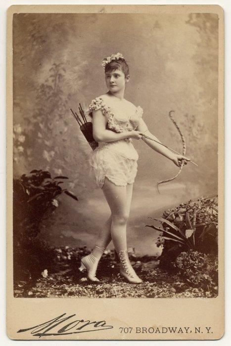 Miss Farrington с луком.
