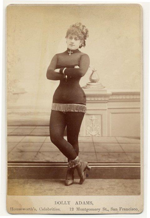 Dolly Adams в миниатюрном костюме с бахромой.