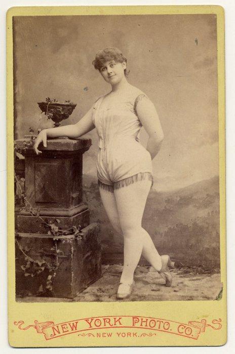 Clara Davenport в коротком костюме.