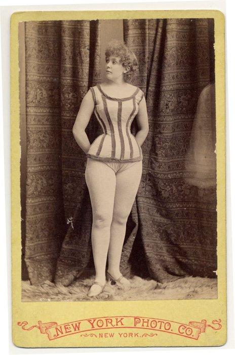 Rose Hamilton в коротком полосатом костюме.