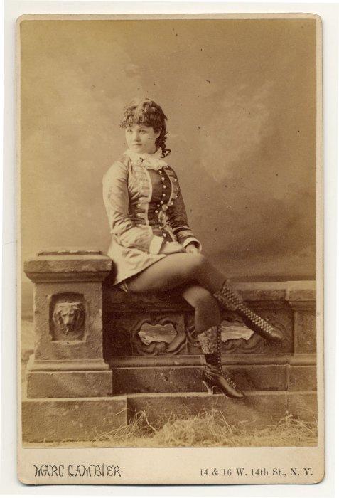 Miss Darcey в костюме, стилизованном под эпоху Возрождения.