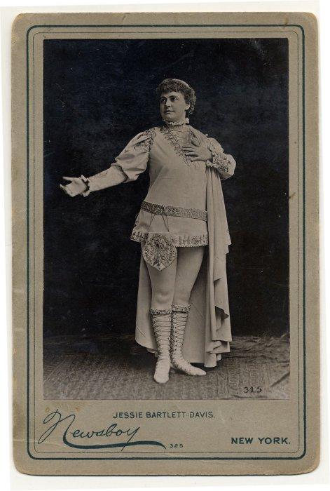 Alice Atherton в коротком меховом платье.