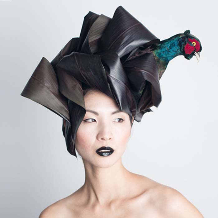 Чучела птиц на шляпках.