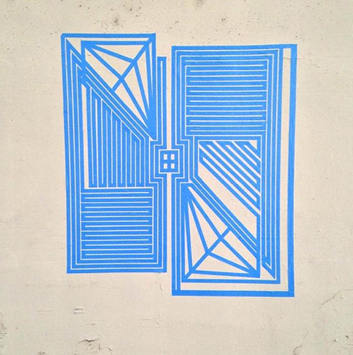 Необычный стрит-арт из клейкой ленты.