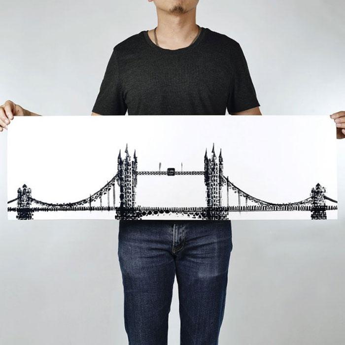 Художник делает рисунки при помощи велосипеда.