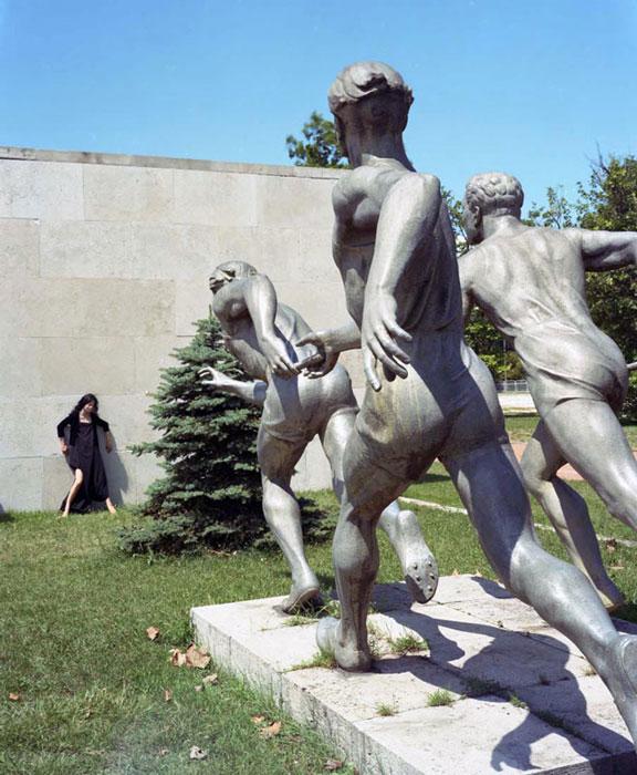 Оригинальные фото на фоне статуй.